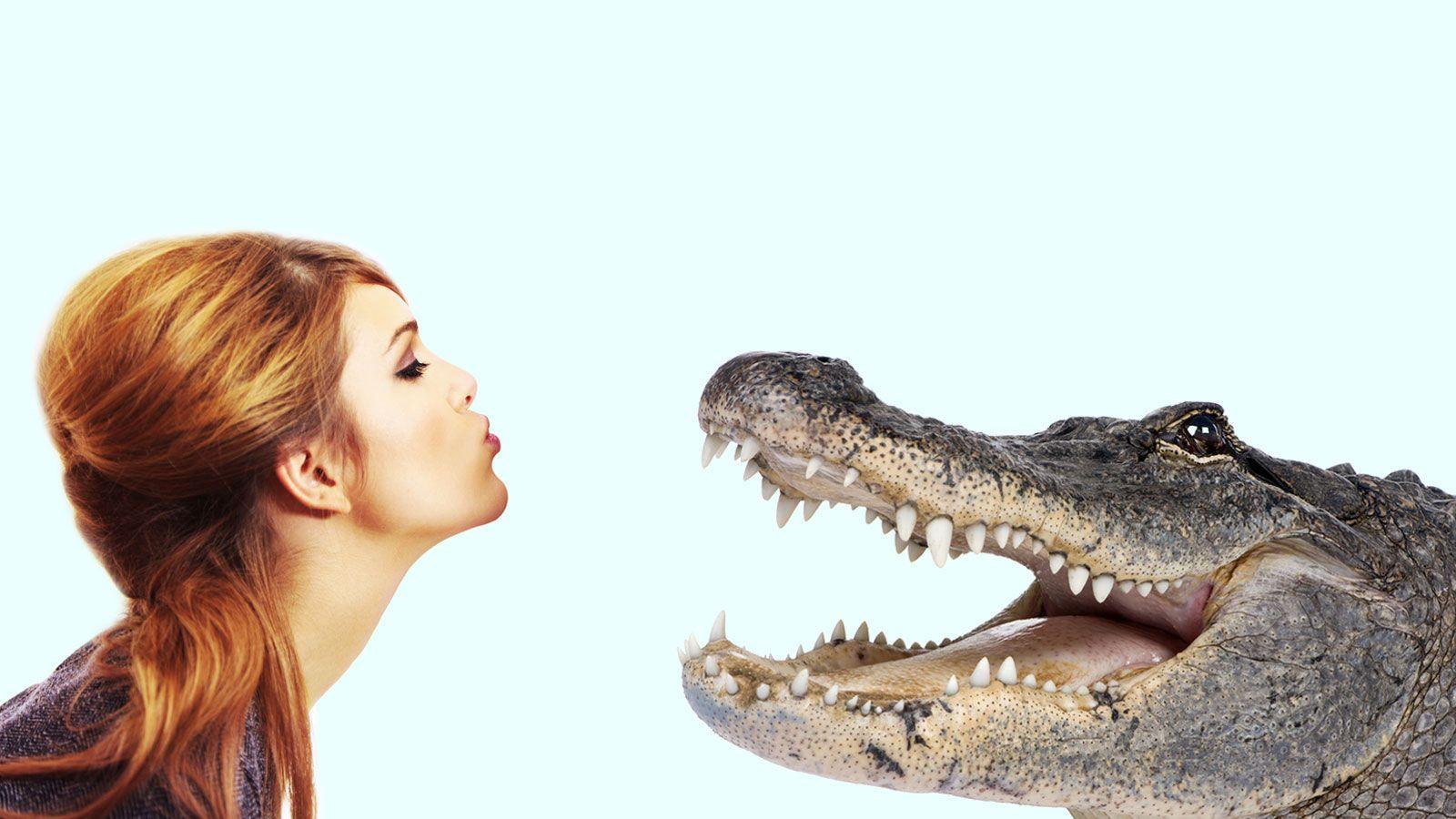 Frau küsst Krokodil